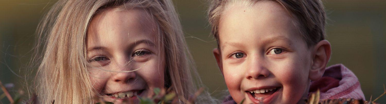 Kinderen in het bos.