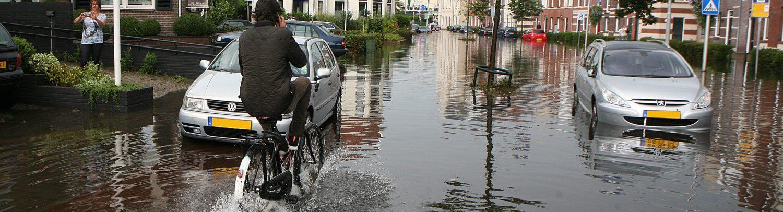 Wateroverlast op straat in de gemeente Gooise Meren